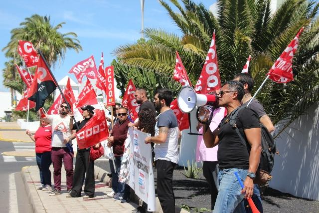 Resultado de imagen de Primera jornada de huelga de los trabajadores de ambulancias canarias