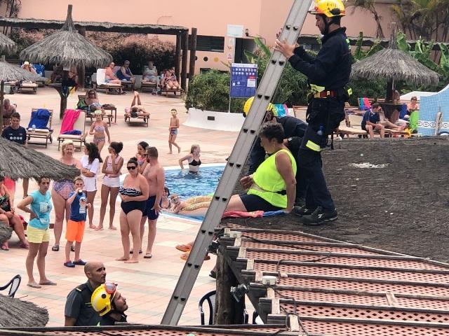 Los bomberos rescatan a una turista subida al techo de un for Piscina de abastos