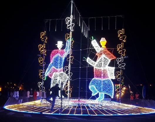 El baile de los campesinos preside la entrada luminosa de Tinajo.