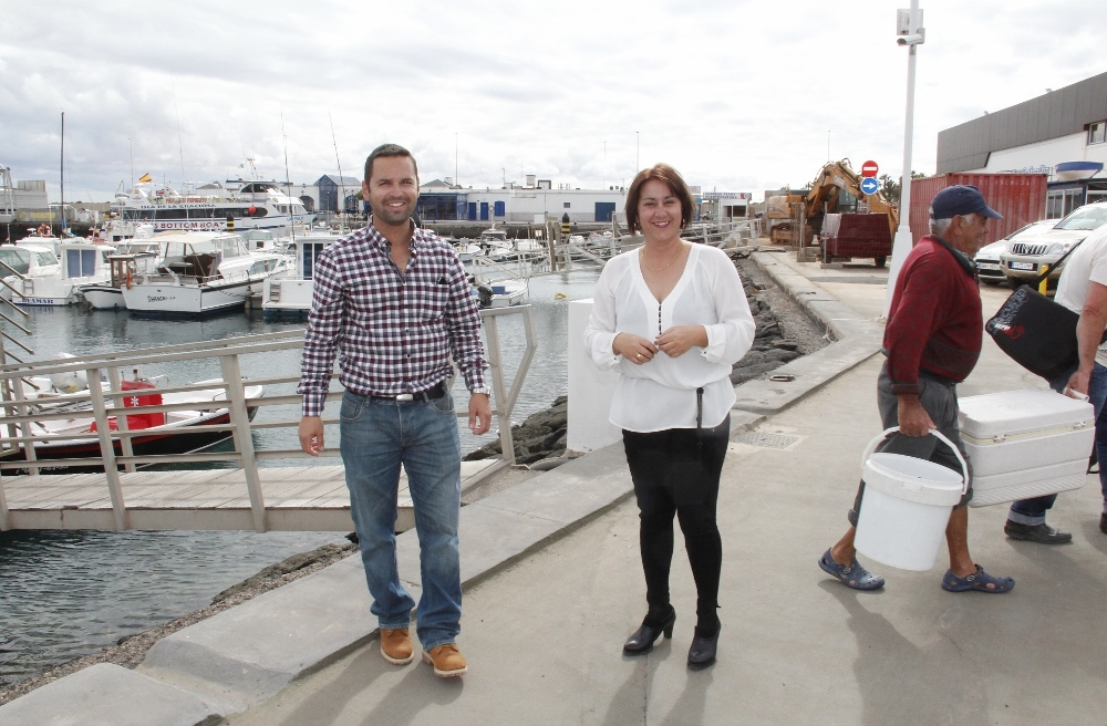 La-alcaldesa-de-Yaiza-en-el-puerto-de-Playa-Blanca-1000x656
