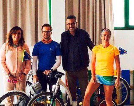 Los docentes deportistas, junto a Marci Acuña y Soraya Brito, en Haría.