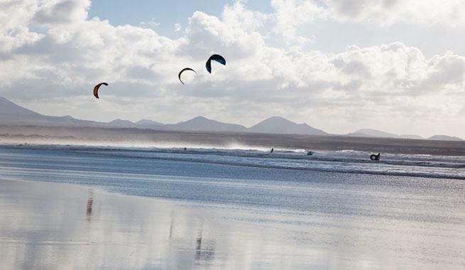 Imagen de archivo de la Playa de Famara, un lugar idóneo para la práctica del kite-surf.