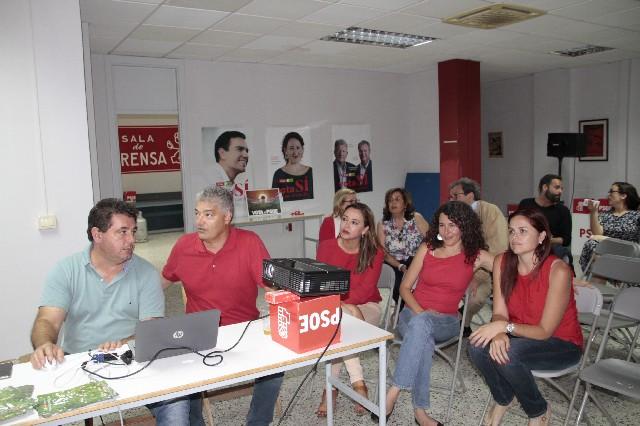 Momento de la jornada electoral, en la sede del PSOE en Valterra (Arrecife).