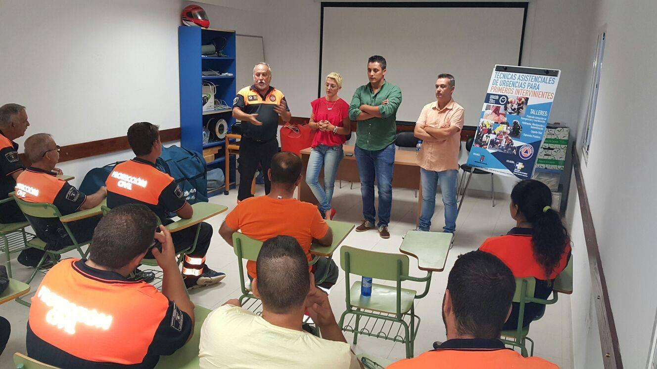 Visita de cargos públicos socialistas al taller de técnicas asistenciales de urgencias para primeros intervinientes que imparten al grupo de Protección Civil de Arrecife.