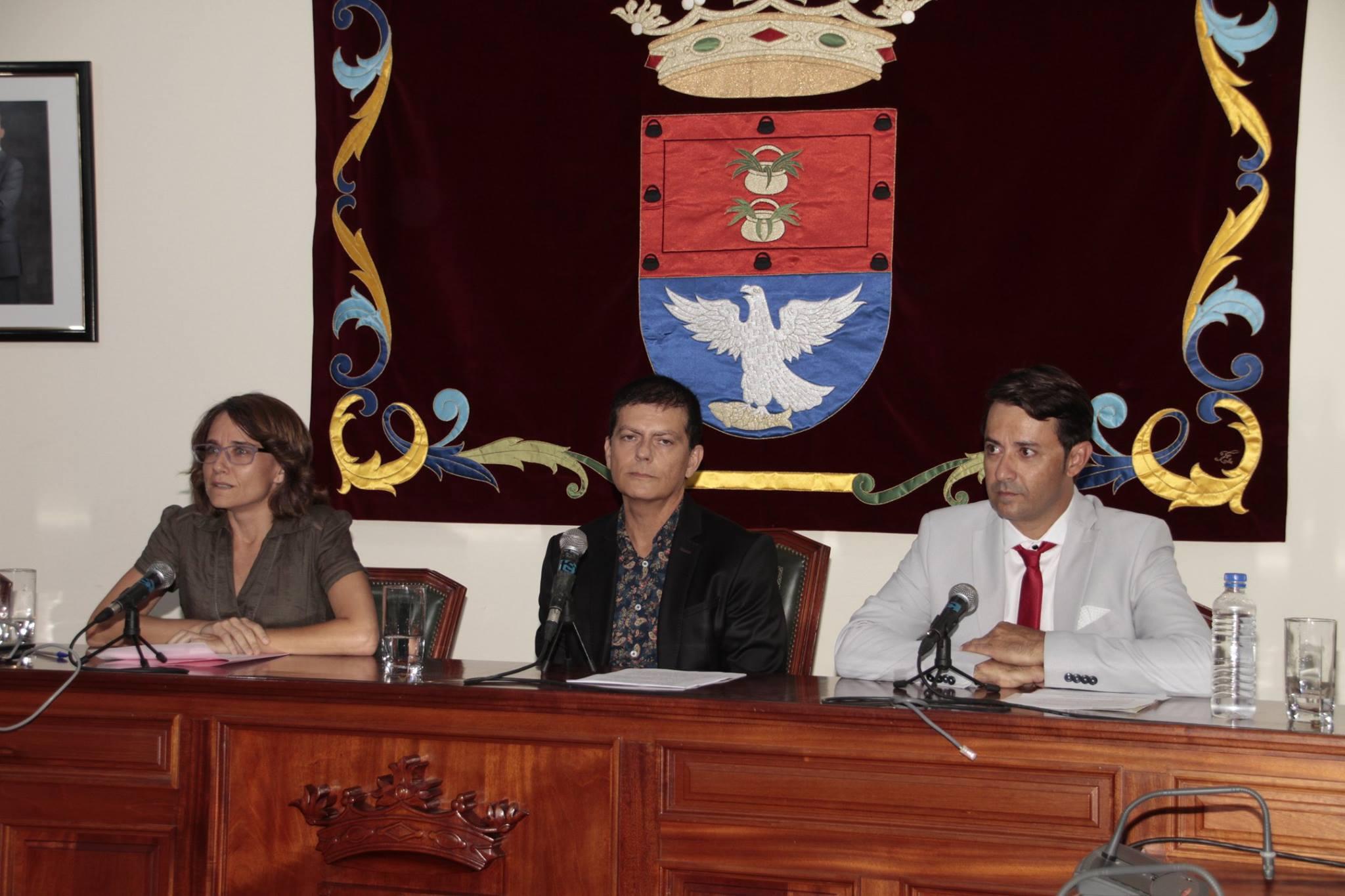 Eva de Anta (i), Benito Cabrera y David Duarte, concejal de Festejos.