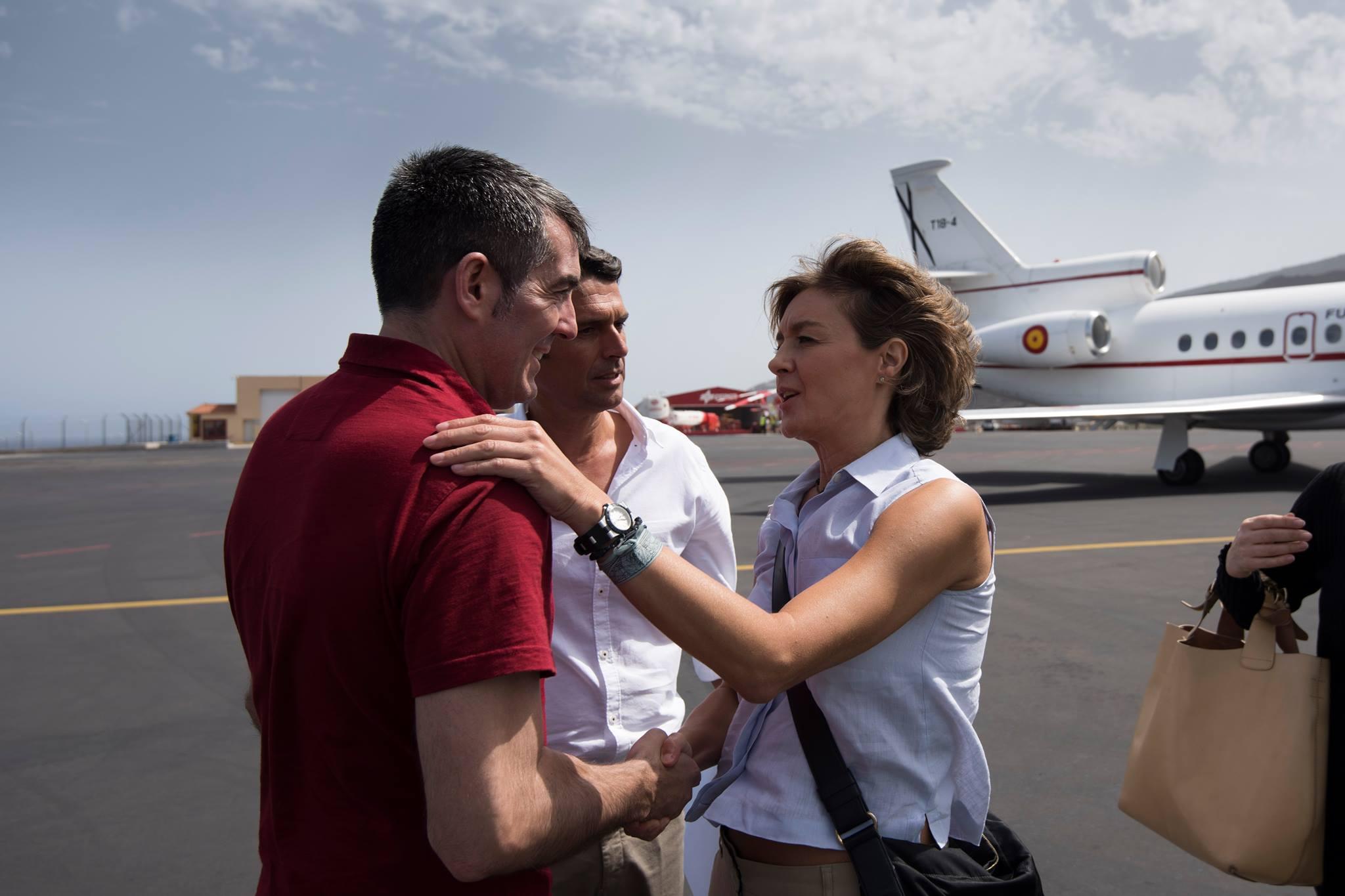 La ministra a su llegada, junto a Fernando Clavijo y el Delegado del Gobierno en Canarias, Enrique Hernández Bento.