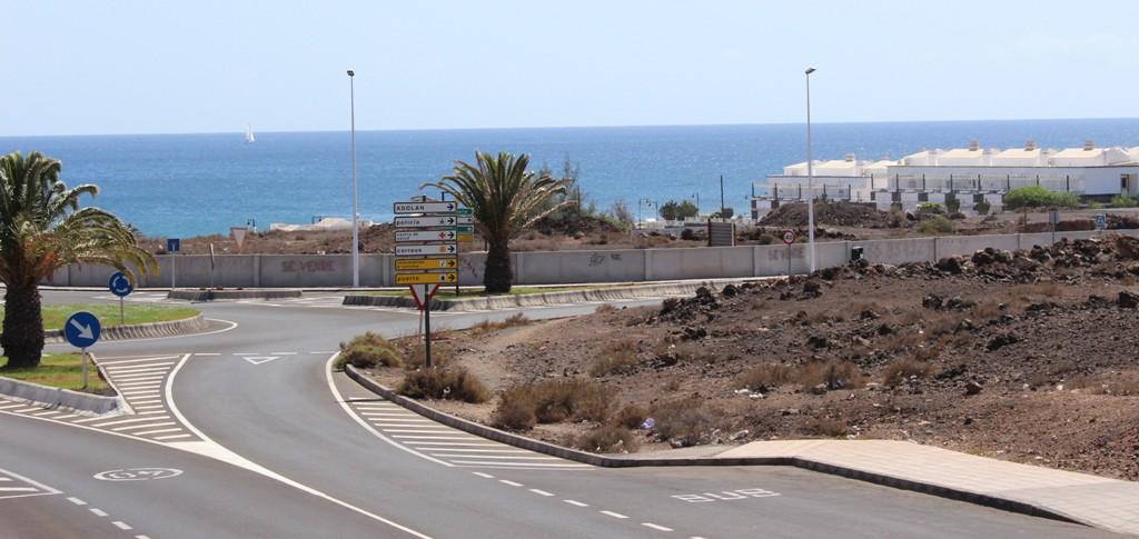 Imagen de la parcela vallada, a la entrada de Puerto del Carmen, desde Arrecife.