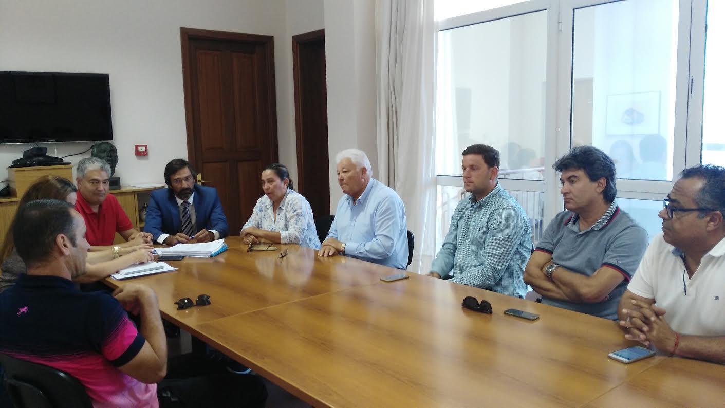 Instante de la reunión mantenida entre el sector y responsables del Cabildo.