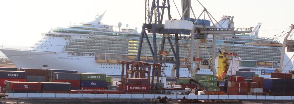 El Independence of the Seas, con más de 4.000 pasajeros, está atracado en Los Mármoles.