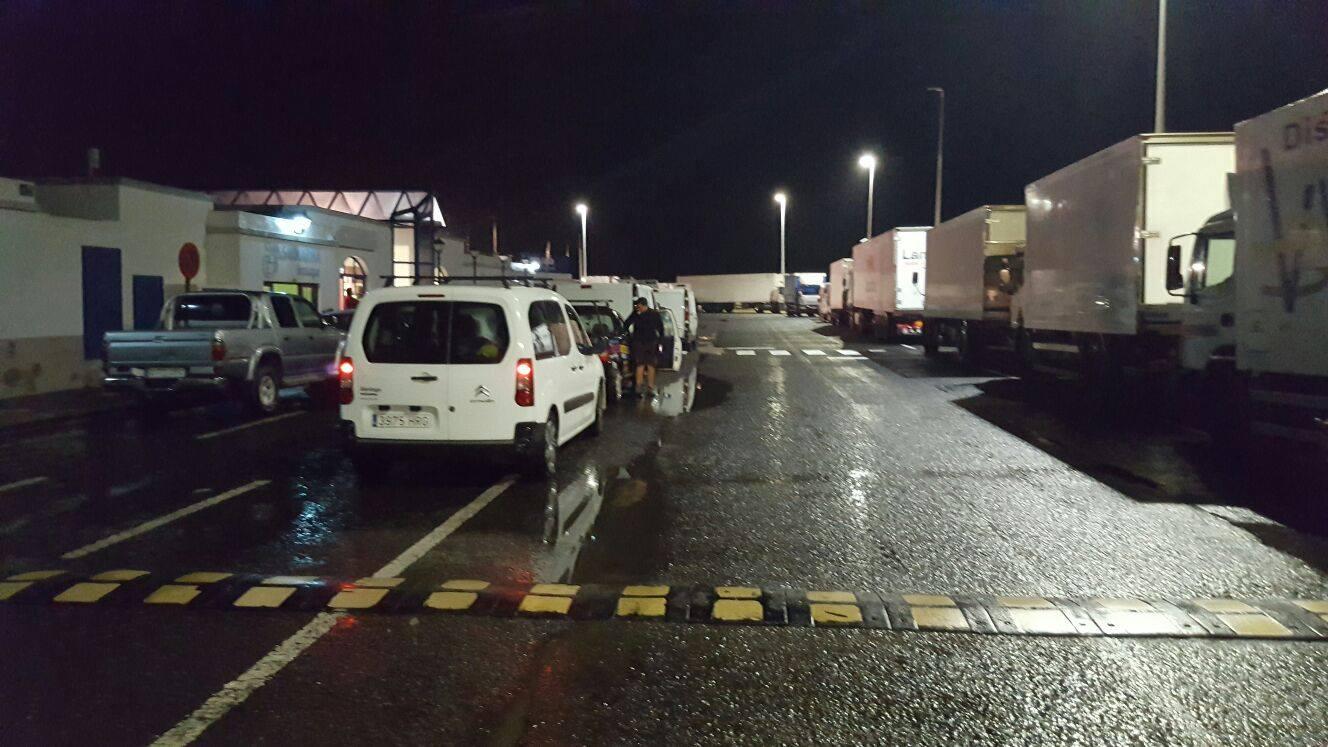 El reboso en Playa Blanca este martes obligó a las navieras en destino a Corralejo a suspender las primeras salidas.