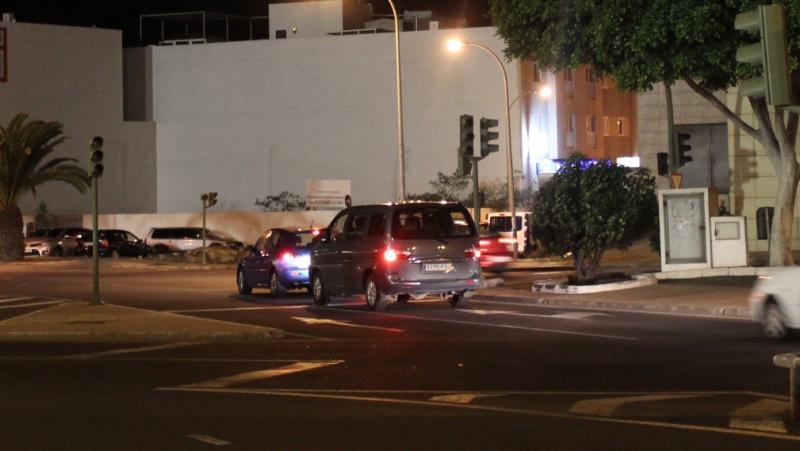 En la noche del sábado permanecía sin servicio los semáforos de la rotonda.