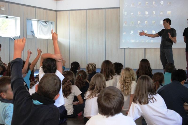 Pedro Felipe Acosta responde a los alumnos en Costa Teguise.